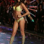 sara-sampaio-lors-du-defile-victorias-secret-2015