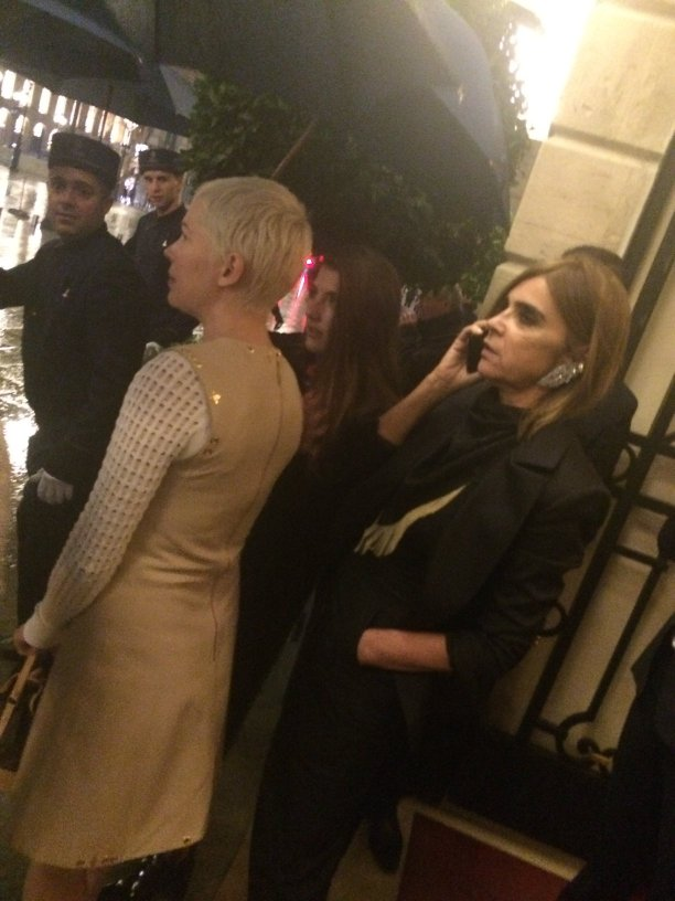 En route pour l'after party - Michelle Williams et Carine Roitfeld au dîner Louis Vuitton au Ritz durant la #PFW