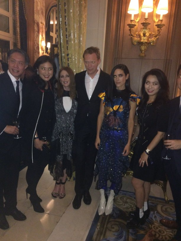 Julianne Moore, Jennifer Connelly et Paul Bettany trés demandés par les fans lors du dîner Louis Vuitton au Ritz durant la #PFW